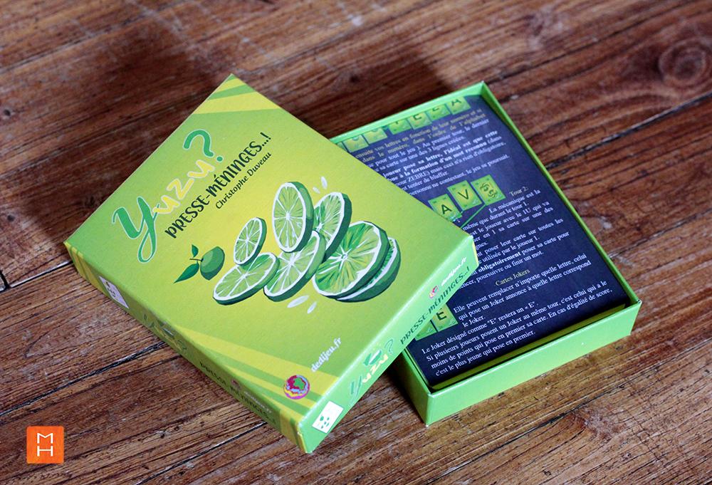 Jeu Yuzu de cartes à lettres boite entrouverte illustrations par Margot Huguet et inventé de Christophe Duveau